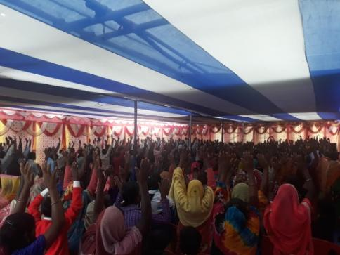 People worshiping in a tent om Narganjo.