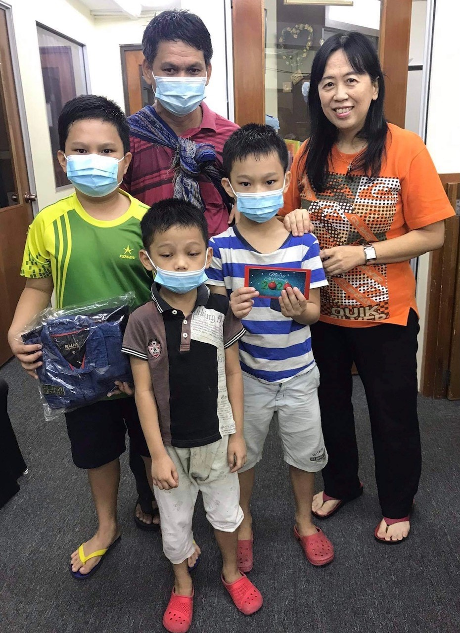 Pastor May, PTP In Malaysia, presenting the Christmas Spirit gift to students of the Myanmar Refugee Learning Center